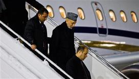 Las fuerzas de seguridad afganas no podrán pedir ataques aéreos de la OTAN en zonas residenciales para ayudar en sus operaciones, según anunció el sábado el presidente, Hamid Karzai, tres días después de que 10 civiles murieran en uno de esos bombardeos al este del país. En esta imagen de archivo proporcionada por Scanpix, el presidente afgano, Hamid Karzai (segundo por la derecha) llega al aeropuerto de Gardemoen en Oslo, el 4 de febrero de 2013. REUTERS/Vegard Grott/NTB Scanpix ESTA IMAGEN HA SIDO PROPORCIONADA POR UN TERCERO. REUTERS LA DISTRIBUYE, EXACTAMENTE COMO LA RECIBIÓ, COMO UN SERVICIO A SUS CLIENTES.