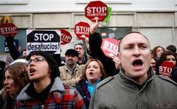 Organizaciones de afectados preparaban el sábado varias manifestaciones por ciudades españolas en protesta por los desahucios y defendiendo el derecho a la vivienda, unos días después de que una iniciativa popular para reformar la ley hipotecaria fuera aceptada a trámite en el Congreso. En la imagen, activistas anti desahucios frente al Parlamento durante la votación de la iniciativa legislativa popular sobre la ley hipotecaria, en Madrid, el 12 de febrero de 2013. REUTERS/Javier Barbancho
