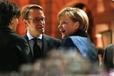 A chanceler alemã, Angela Merkel, fala com o presidente do BC alemão, Jens Weidmann (centro), em Berlim, Alemanha. A economia alemã terá uma forte recuperação nos primeiros três meses deste ano, após ter perdido fôlego no último trimestre de 2012, disse neste sábado o presidente do Bundesbank (banco central alemão), Jens Weidmann. 29/01/2013 REUTERS/Thomas Peter