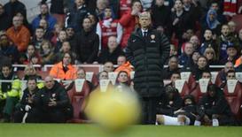 Arsène Wenger, entraîneur d'Arsenal. Les Gunners ont été éliminés samedi à domicile par Blackburn (1-0) en huitièmes de finale de la Coupe d'Angleterre et subissent ainsi leur deuxième humiliation en deux mois face à un club de division inférieure. /Photo prise le 16 février 2013/REUTERS/Philip Brown