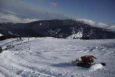 """Les recettes du tourisme en France, secteur qui """"résiste mieux que d'autres à la crise"""" sans toutefois être à l'abri, avoisinent les 77 milliards d'euros en 2012, selon les chiffres provisoires du ministère de l'Artisanat, du Commerce et du Tourisme. Les premiers retours sur les vacances de Noël sont favorables, avec des taux d'occupation compris entre 80 % et 100%, et la France est redevenue la première destination mondiale pour le ski en 2012. /Photo d'archives/REUTERS/Stoyan Nenov"""