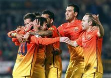 l'Argentin Lionel Messi (2e à gauche) a inscrit ses 300e et 301e buts sous les couleurs du FC Barcelone lors de la victoire 2-1 des Catalans sur la pelouse de Grenade (2-1). Le doublé du quadruple Ballon d'or a été d'autant plus précieux que Grenade menait 1-0 à la pause après un but du Nigérian Odion Jude Ighalo (26e). /Phoot prise le 16 février 2013/REUTERS/Pepe Marin
