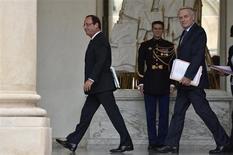 Les cotes de popularité de François Hollande et Jean-Marc Ayrault sont chacune en baisse d'un point, à 37%, dans un sondage Ifop publié par le Journal du Dimanche. /Photo prise le 17 octobre 2012/REUTERS/Piotr Snuss