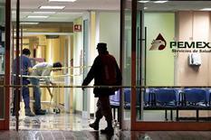 La petrolera estatal mexicana Pemex tuvo que evacuar la unidad de cuidados intensivos de su hospital en la norteña ciudad de Cadereyta tras un conato de incendio por un cortocircuito, sin que se registraran heridos, informó la empresa el sábado por la noche. En la imagen, trabajadores limpian agua de un hospital de la firma mexicana semiestatal Pemex tras un incendio en Cadereyta, estado de Nuevo León, el 16 de febrero de 2013. REUTERS/Daniel Becerril