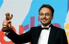 """Rumanía se llevó este fin de semana un nuevo trofeo del circuito europeo de festivales de cine, cuando """"Child's Pose"""" se llevó el Oso de Oro en Berlín, subrayando la creciente influencia del país como potencia cinematográfica en la era poscomunista. En la imagen, el director Calin Peter Netzer sostiene el Oso de Oro a la mejor película por """"Pozitia Copilului"""" (Child's Pose) en la 63 edición de la Berlinale, el 16 de febrero de 2013. REUTERS/Tobias Schwarz"""