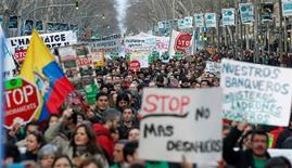 Miles de personas marcharon el sábado por la noche en varias manifestaciones por decenas de ciudades españolas en protesta por los desahucios y defendiendo el derecho a la vivienda, unos días después de que una iniciativa popular para reformar la ley hipotecaria fuera aceptada a trámite en el Congreso. En la imahen, manifestantes en una protesta pidiendo una nueva ley hipotecaria, en Barcelona, el 16 de febrero de 2013. REUTERS/Albert Gea