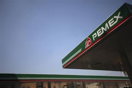 The logo of Mexican petroleum company Pemex is seen on a tank gas at gas station in Mexico City November 23, 2012. Spanish oil major Repsol, badly bruised by the nationalisation of its Argentine business, is in talks to patch up frayed ties with state-owned Mexican oil monopoly Pemex. REUTERS/Edgard Garrido