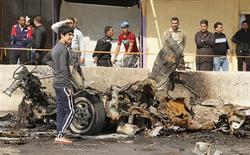 A Amine, un quartier chiite de Bagdad, après l'explosion d'une voiture piégée. Plusieurs attentats ont ébranlé dimanche différents quartiers essentiellement chiites de Bagdad, faisant au moins 26 morts et des dizaines de blessés. /Photo prise le 17 février 2013/REUTERS/Mohammed Ameen