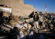 El impopular gobierno paquistaní, que se prepara para celebrar elecciones en los próximos meses, se vio muy criticado el domingo por no mejorar la seguridad, después de que 81 personas murieran en un atentado religioso en la ciudad de Quetta. En la imagen, un niño en el lugar donde estalló una bomba el sábado en la ciudad paquistaní de Quetta, el 17 de febrero de 2013. REUTERS/Naseer Ahmed