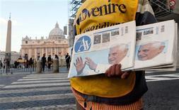 El papa Benedicto XVI pidió el domingo a los fieles que recen por él y por el próximo Papa, en unas declaraciones ante una multitud mayor de lo normal en su penúltima alocución dominical. En la imagen, un vendedor de periódicos muestra diarios con la fotografía del papa Benedicto XVI ante el Vaticano, el 17 de febrero de 2013. REUTERS/Alessandro Bianchi