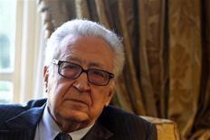 """Le médiateur international Lakhdar Brahimi a proposé dimanche au Caire que des pourparlers s'engagent dans des locaux des Nations unies entre """"une délégation acceptable"""" du régime syrien et les insurgés. /Photo prise le 17 février 2013/REUTERS/Mohamed Abd El Ghany"""