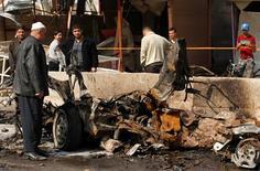 Una serie de coches bomba explotaron el domingo en barrios de mayoría chií en la capital iraquí, Bagdad, matando al menos a 20 personas e hiriendo a docenas más, según fuentes policiales y hospitalarias. En la imagen, residentes en el lugar donde estalló una bomba en Bagdad, el 17 de febrero de 2013. REUTERS/Mohammed Ameen
