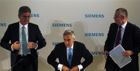 Peter Loescher, chief executive of German engineering conglomerate Siemens AG, finance chief Joe Kaeser (L) and press officer Stephan Heimbach (R) arrive to address the media ahead of the company's annual shareholder meeting in Munich January 23, 2013. REUTERS/Michael Dalder