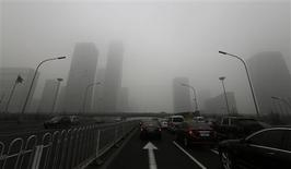 Un nuevo plan de Naciones Unidas para involucrar a todos los países con el objetivo de solucionar problemas medioambientales, que van desde productos químicos tóxicos hasta el cambio climático, se pondrá a prueba a partir del lunes durante unas negociaciones en Nairobi. En la imagen, de 30 de enero, varios coches conducen en Jianguo Road en Pekín. REUTERS/Jason Lee
