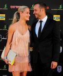 """Se proyectó como un homenaje adecuado a """"una mujer inteligente, bella y asombrosa"""", pero la emisión de un 'reality show' caribeño protagonizado por la novia de la estrella paralímpica Oscar Pistorius dos días después de que muriera tras varios disparos ha molestado a algunos sudafricanos. En esta imagen de archivo, el atleta sudafricano Oscar Pistorius (a la derecha) y su novia, la modelo Reeva Steenkamp, en uan ceremonia de premios en Johannesburgo, el 4 de noviembre de 2012. REUTERS/Frennie Shivambu/JustusMedia ESTA IMAGEN HA SIDO PROPORCIONADA POR UN TERCERO. REUTERS LA DISTRIBUYE, EXACTAMENTE COMO LA RECIBIÓ, COMO UN SERVICIO A SUS CLIENTES. SÓLO PARA USO EDITORIAL, NI VENTAS NI ARCHIVOS NI PARA SU VENTA PARA CAMPAÑAS DE MARKETING O PUBLICIDAD."""