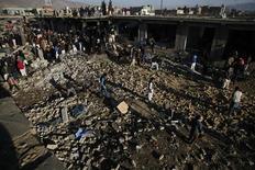 A Quetta, dans l'ouest du Pakistan, au lendemain d'un attentat à la bombe commis dans le grand bazar de la ville. Le bilan de cette attaque s'est alourdi à 81 morts et pourrait encore s'aggraver, a déclaré dimanche un haut responsable des services de sécurité. /Photo prise le 17 février 2013/REUTERS/Naseer Ahmed