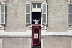 O papa Bento 16 conduz missa no domingo na praça de São Pedro no Vaticano. 17/02/2013 REUTERS/Tony Gentile