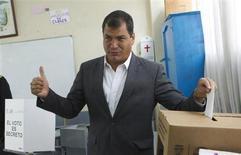 O presidente do Equador, Rafael Correa, deposita sua cédula eleitoral numa urna na escola de San Francisco de Quito em Quito, Equador. 17/02/2013 REUTERS/Guillermo Granja