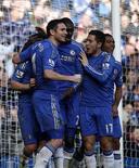 Los grandes clubes de la Premier League devolvieron el domingo algo de normalidad a la Copa FA cuando el Chelsea, defensor del título, aplastó 4-0 al Brentford, de segunda B, en una repetición de partido de cuarta ronda, mientras que el Manchester City eliminó al Leeds United 4-0 en quinta ronda. En la imagen, de 17 de febrero, los jugadores del Chelsea celebran el gol marcado por Lampard en la Copa FA. REUTERS/Eddie Keogh