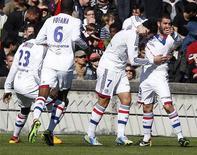 Joie lyonnaise après un but de Clément Grenier (2e à droite) contre les Girondins de Bordeaux au stade Chaban-Delmas. Les hommes de Rémi Garde ont pris la mesure d'une équipe bordelaise 4-0, une large victoire qui met fin à une série de trois défaites d'affilée de l'OL, toutes compétitions confondues. /Photo prise le 17 février 2013/REUTERS/Régis Duvignau