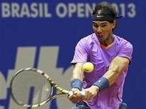 O espanhol Rafael Nadal devolve a bola para o argentino David Nalbandian durante final do individual no Aberto do Brasil em São Paulo. 17/02/2013 REUTERS/Paulo Whitaker