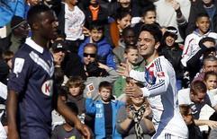 Clément Grenier (à droite) après un but contre Bordeaux, au stade Chaban-Delmas. L'Olympique Lyonnais a remis les pendules à l'heure en championnat en allant corriger les Girondins 4-0 et en reprenant du même coup la deuxième place du classement de Ligue 1. /Photo prise le 17 février 2013/REUTERS/Régis Duvignau
