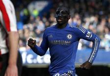 Demba Ba, do Chelsea, usa uma máscara durante partida contra o Brentford no Stamford Bridge em Londres, Reino Unido. 17/02/2013 REUTERS/Eddie Keogh