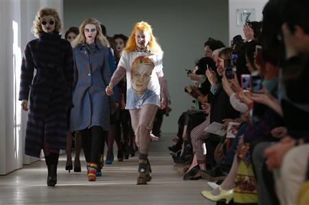 Vivienne Westwood joins her models on the catwalk after the Vivienne Westwood Red Label Autumn/Winter 2013 collection presentation during London Fashion Week, February 17, 2013. REUTERS/Suzanne Plunkett