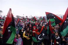 Des milliers de Libyens, mettant de côté leurs divergences, sont descendus dans la rue dimanche, comme ici à Tripoli, pour fêter le deuxième anniversaire du début du soulèvement contre Mouammar Kadhafi. /Photo prise le 17 février 2013/REUTERS/Ismail Zitouny