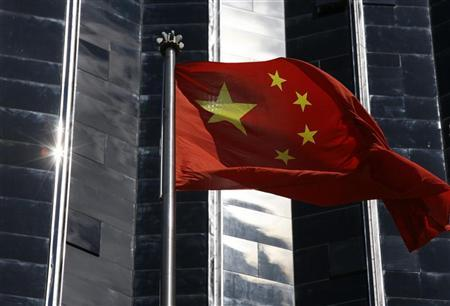 2月18日、中国の英字紙チャイナ・デーリーによると、遼寧省にある紅沿河原子力発電所が17日に発電を開始した。2011年の福島第1原発事故後に中国で原発が稼働するのは初めて。写真は中国の国旗。広東省で2009年7月撮影(2013年 ロイター/Bobby Yip)
