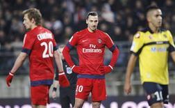 Les Parisiens Zlatan Ibrahimovic et Clément Chantôme dépités sur la pelouse de Sochaux, au stade Bonal. Sochaux a réussi dimanche en Ligue 1 à faire douter le Paris Saint-Germain et, plus surprenant encore, gagner (3-2). /Photo prise le 17 février 2013/REUTERS/Jean-Marc Loos