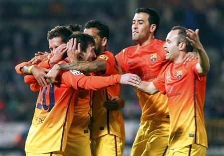 (L-R) Barcelona's Lionel Messi celebrates his goal with teammates Pedro Rodriguez, Thiago Alcantara, Sergio Busquets and Andres Iniesta during their Spanish first division soccer match against Granada at Los Carmenes stadium in Granada February 16, 2013. REUTERS/Pepe Marin