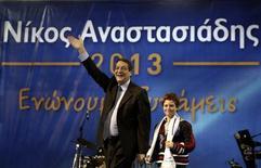 Кандидат в президенты Кипра от правого крыла Демократической партии Никос Анастасиадес с внуком в Никосии 13 февраля 2013 года. Лидер кипрских консерваторов Никос Анастасиадес легко победил в первом раунде выборов президента островного государства, однако не смог избежать второго тура голосования. REUTERS/Yorgos Karahalis