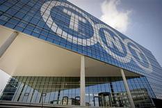 Le groupe néerlandais de messageries et de logistique TNT accuse une perte d'exploitation de 71 millions d'euros au quatrième trimestre et cherche à céder des actifs. /Photo prise le 19 mars 2012/REUTERS/Robin van Lonkhuijsen/United Photos