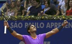 El regreso de Rafael Nadal después de una lesión que lo mantuvo alejado de las pistas durante siete meses tomó impulso el domingo cuando el tenista español derrotó por 6-2 y 6-3 al argentino David Nalbandian y ganó el Abierto de Brasil, su primer título desde el torneo de Roland Garros en el 2012. En la imagen, Rafael Nadal celebra su victoria en el Abierto de Brasil, en Sao Paulo, el 17 de febrero de 2013. REUTERS/Paulo Whitaker