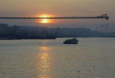 Мост в бухте Золотой Рог во Владивостоке, 26 марта 2012 года. Менеджмент крупнейшего в РФ морского портового холдинга Группы НМТП прогнозирует рост грузооборота на 3,1-6,3 процента в 2013 году в годовом исчислении. REUTERS/Yuri Maltsev