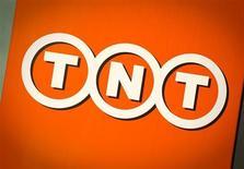 Логотип компании TNT в голландском Хофддорпе 19 марта 2012 года. Голландская почтовая компания TNT Express, которую в прошлом месяце ЕС не дал купить за $7 миллиардов американской United Parcel Service, получила квартальный убыток в четвертом квартале 2012 года. REUTERS/Robin van Lonkhuijsen/United Photos