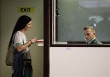 La disidente más conocida de Cuba, la bloguera Yoani Sánchez, pasó sin incidentes el domingo por inmigración del aeropuerto internacional de La Habana para embarcarse hacia Brasil, en la primera parada de una gira de 80 días por una docena de países. En la imagen, Yoani Sánchez en el control de pasaportes del aeropuerto José Martí de La Habana el 17 de febrero de 2013. REUTERS/Desmond Boylan