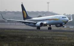 Le titre Jet Airways plongeait lundi à la Bourse de Mumbai, au lendemain de déclarations faites par le président d'Etihad Airways disant que la compagnie aérienne basée à Abou Dhabi devait revoir les termes d'un accord portant sur une entrée au capital de son homologue indienne. /Photo prise le 1er février 2013/REUTERS/Amit Dave