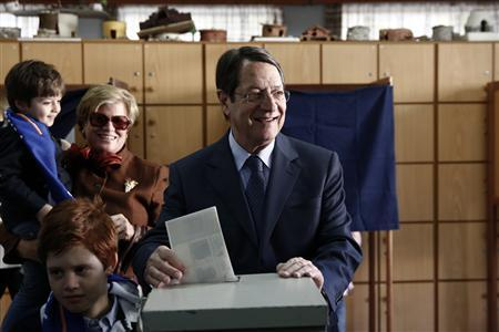Cyprus presidential candidate Nicos Anastasiades (C) of the right wing Democratic Rally party casts his ballot as his wife Andriana and his grandchildren look on at a polling station in Limassol February 17, 2013. REUTERS/Yorgos Karahalis