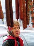 Женщина смотрит на колбасу в магазине на оптовом рынке в Москве 3 сентября 1998 года. Инфляция в России в феврале составит 0,5-0,6 процента к январю и 7,2-7,3 процента к февралю 2012 года, говорится в мониторинге Минэкономразвития.
