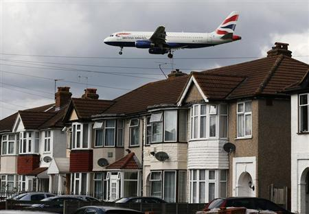 A British Airways jets arrives over the top of houses to land at Heathrow Airport in west London August 28, 2012. REUTERS/Stefan Wermuth
