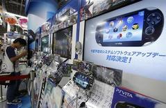 Sony va baisser le prix de vente au Japon de sa console de jeux vidéo portable Vita, victime de la concurrence des smartphones et des tablettes. Le modèle équipé d'une connexion 3G et Wifi va ainsi être ramené à 10.000 yens (79 euros) contre 19.980 yens (159 euros) auparavant. /Photo prise le 27 juin 2012/REUTERS/Yuriko Nakao