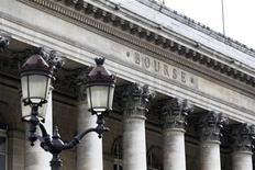Vers 13h00, le CAC 40 perd 0,2% à 3.652,93 points dans un volume d'affaires limité à quelque 760 millions d'euros sur NYSE Euronext alors que Wall Street est fermée pour le President's Day. /Photo d'archives/REUTERS/Charles Platiau