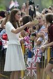 La duquesa de Cambridge Kate Middleton debería reutilizar sus modelos para ayudar al medio ambiente, dijo la diseñadora Vivienne Westwood. Imagen de archivo de Catalina saludando al público en una visita en Singapur en septiembre del año pasado. REUTERS/Nicolas Asfouri/Pool