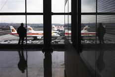 Les employés de la compagnie aérienne espagnole Iberia entament ce lundi une grève de cinq jours pour protester contre les projets de la direction de supprimer 3.807 emplois et de baisser les salaires. /Photo prise le 18 février 2013/REUTERS/Susana Vera