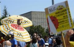 El ministro de Industria español, José Manuel Soria, mantuvo el lunes abierta la puerta a ampliar la vida útil de las centrales nucleares españolas, ahora mismo fijada en 40 años, aunque descartó que haya una negociación abierta con el sector para abordar el asunto. En la imagen, un grupo de gente participa en una protesta para exigir el cierre inmediato de la central nuclear de Garoña, en el exterior de la planta cerca de Burgos, el 9 de septiembre de 2012. REUTERS/Félix Ordóñez
