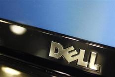 La publication des résultats trimestriels de Dell, mardi après la clôture de Wall Street, sera la première occasion pour les analystes de poser des questions aux dirigeants du groupe informatique depuis l'annonce de son rachat par son fondateur associé au fonds Silver Lake. Mais Michael Dell ne sera pas présent. /Photo d'archives/REUTERS/Joshua Lott