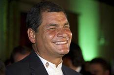 """Presidente reeleito do Equador, Rafael Correa, sorri após descobrir o resultado das eleições, em Quito. Correa foi reeleito por ampla margem para continuar sua """"revolução"""" socialista, mas deverá tentar conciliar isso com a busca por mais investimentos estrangeiros. 17/02/2013 REUTERS/Gary"""