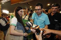 La disidente cubana Yoani Sánchez a su llegada al aeropuerto de Guararapes en Recife, Brasil, feb 18 2013. Yoani Sánchez, la cara más conocida de la disidencia cubana, fue recibida el lunes en Brasil por un pequeño grupo de partidarios del gobierno comunista de la isla que la llamaron agente de la CIA, en la primera escala de una gira internacional. REUTERS/Helia Scheppa
